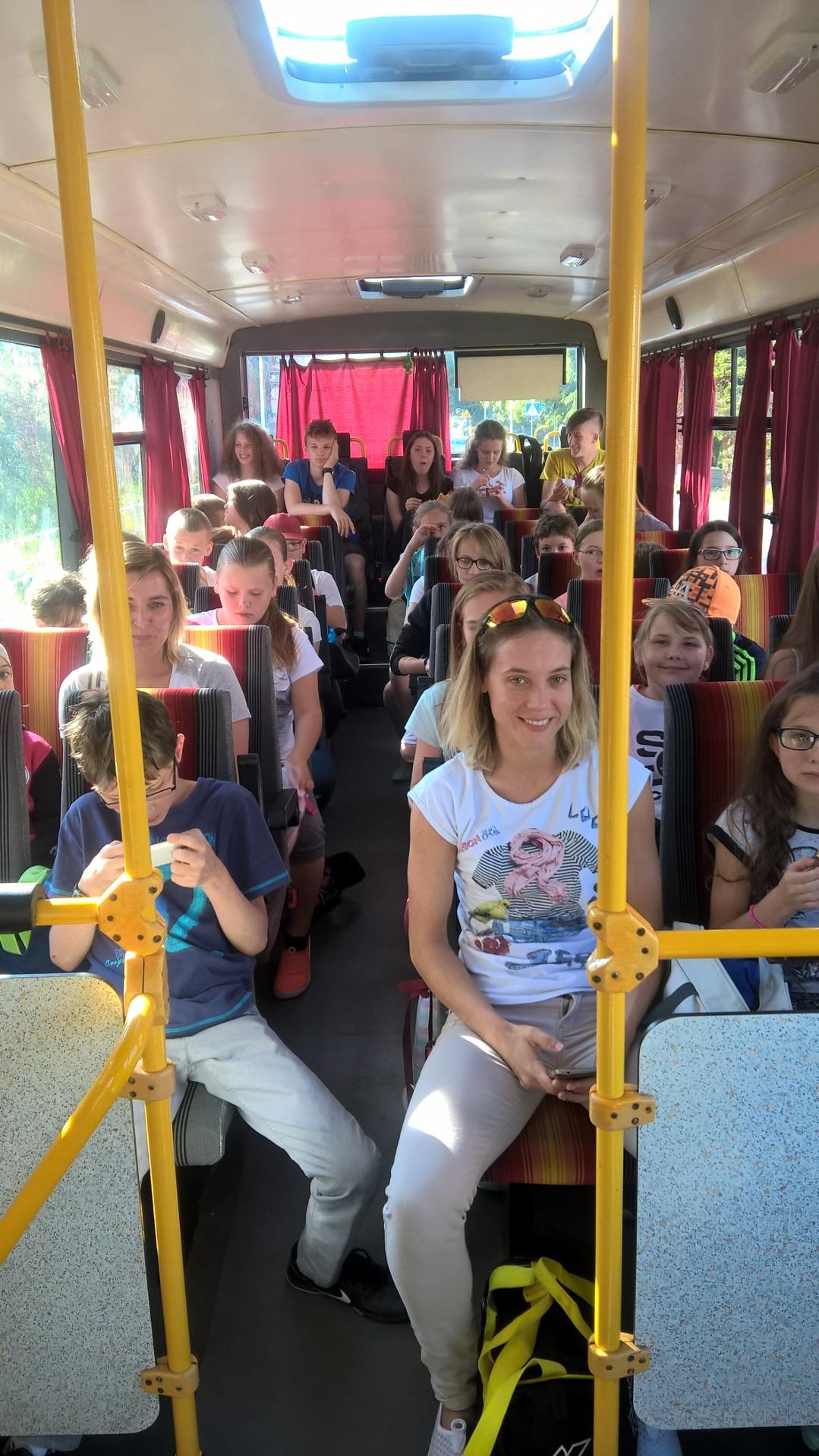 Autobus pełen pływaków